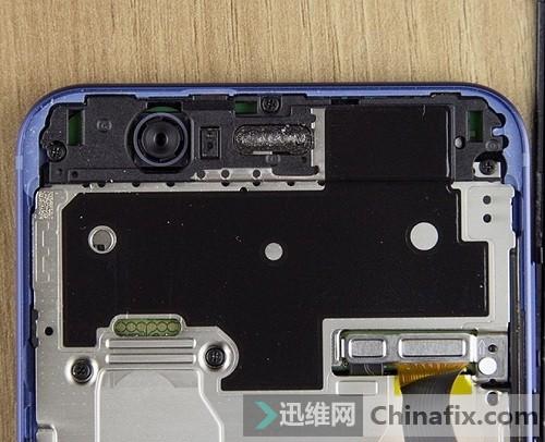 拧下屏幕连接器固定盖板上的螺丝