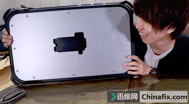 世界最大的iPhone保护壳:直接可以当盾牌运用