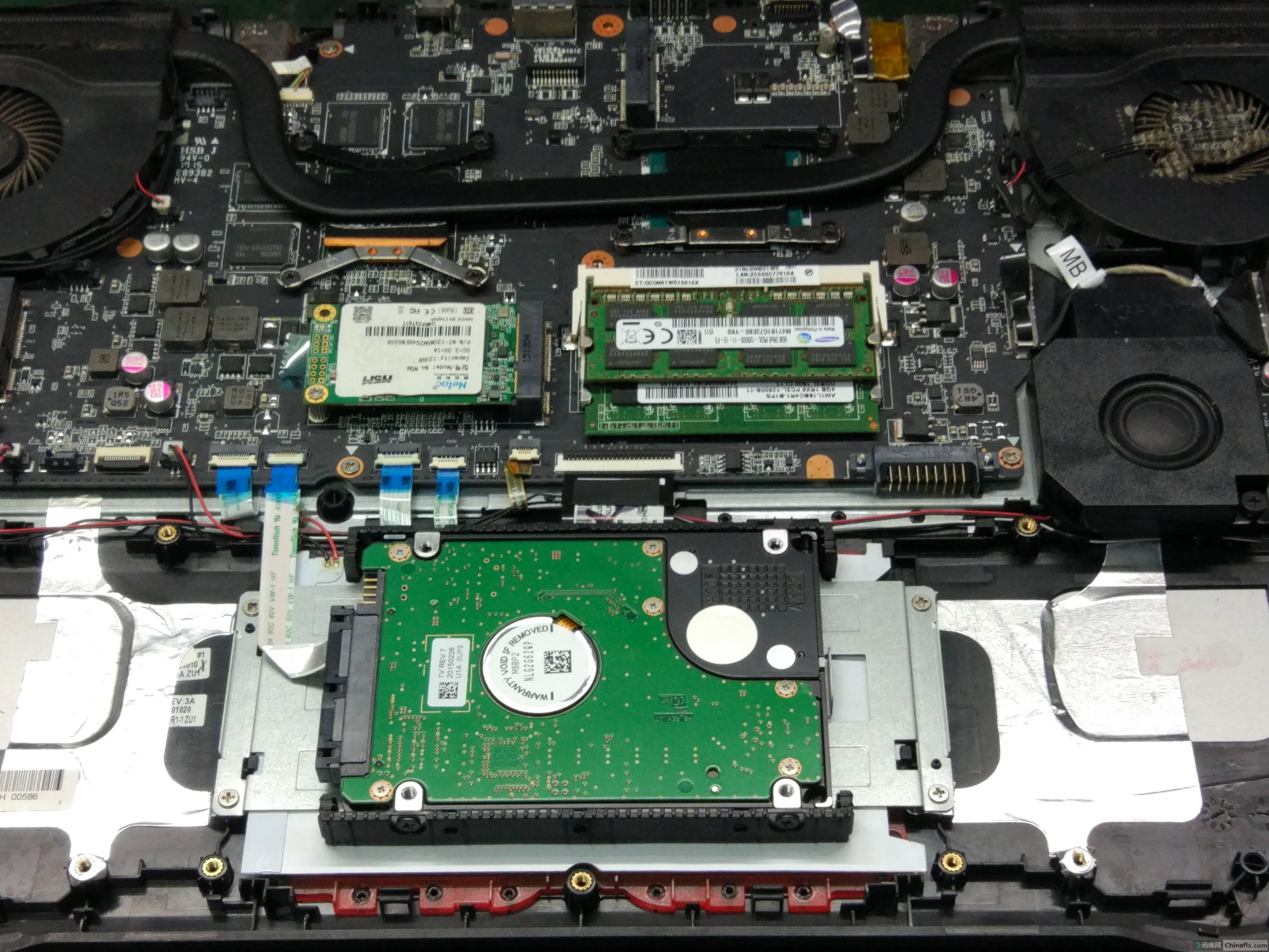 拆下电池 看到下面硬盘