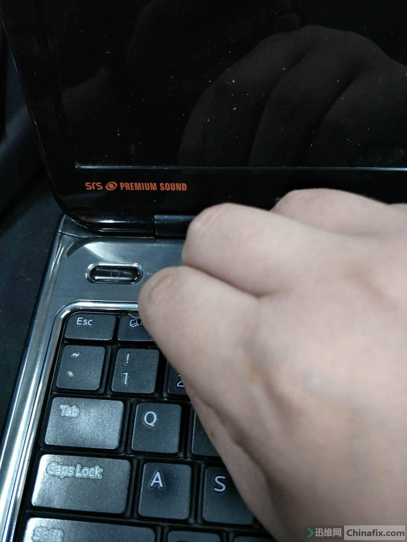 其次拆键盘的时候 应用镊子或者撬片撬住键盘上方卡口