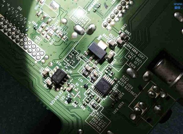 海信液晶电视红灯亮不开机维修 图1