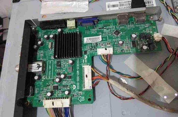 编程器修复长虹LED32560液晶电视卡在开机画面故障维修2