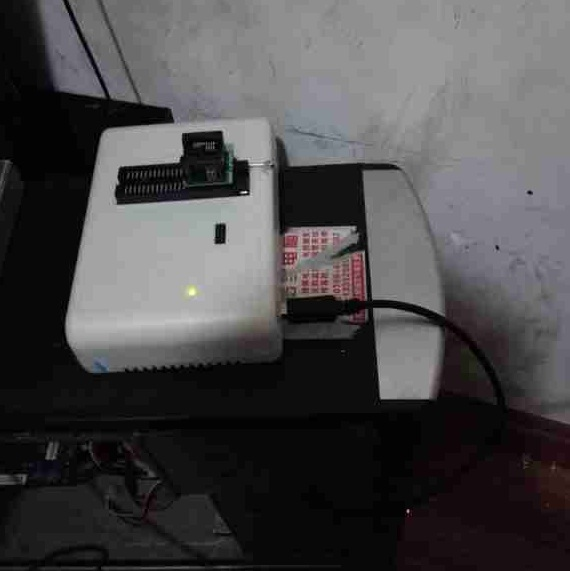 编程器修复长虹LED32560液晶电视卡在开机画面故障维修4