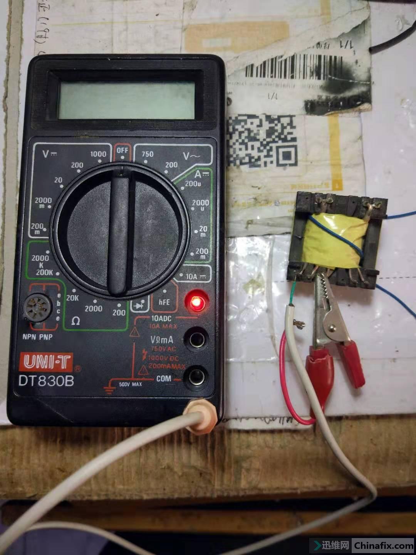 在万用表下部装了一个3.5的插座测试线从这里引出插头插上接通电源测试开关变压器二极管点亮