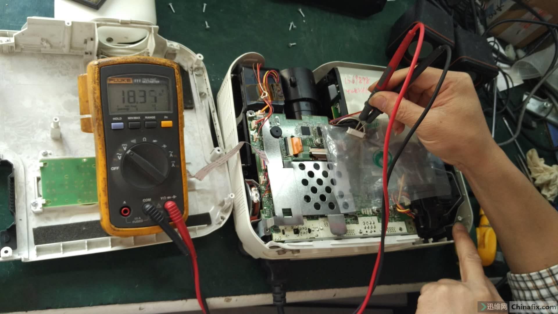 把供电连接线断开测量18V正常