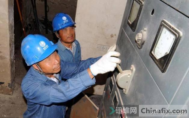 经理看老电工工作轻松,说服老板让其干杂活,3天后经理被开除-1.jpg