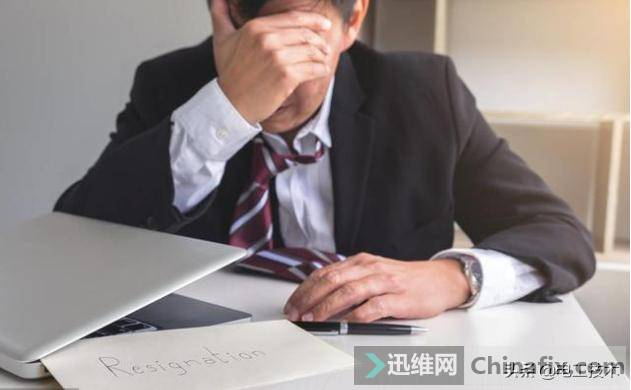 经理看老电工工作轻松,说服老板让其干杂活,3天后经理被开除-4.jpg