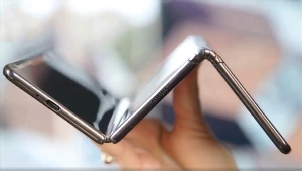 出人意料!三星GalaxyZ海报曝光采用双铰链三折叠设