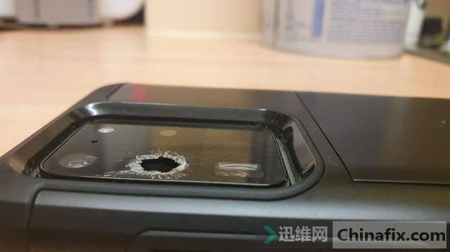 用戶投訴GalaxyS20:一覺睡醒來發現后攝玻璃意外爆裂多了個洞?