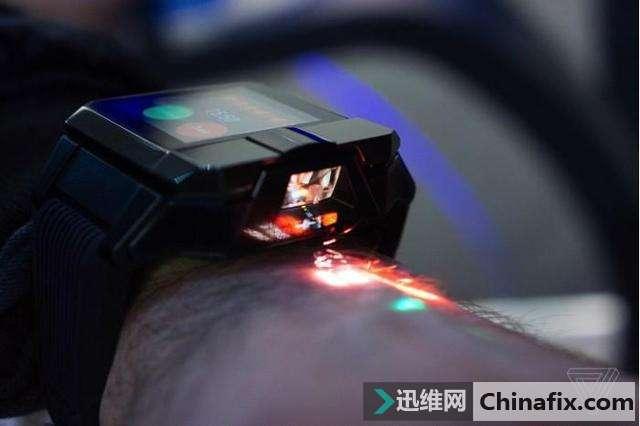 内置投影仪的智能手表海尔Asu:能让舞者在手背上舞蹈