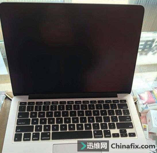 苹果笔记本开机不显示,拆机屏线屏接口居然都烧坏,到底经历了啥